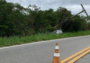 Motorista perde o controle e carro sai da pista na estrada Cabo Frio x Búzios