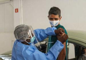 Drive-thru vacina cerca de 1.100 moradores no primeiro dia de mutirão em São Pedro da Aldeia