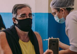 Cabo Frio aplica dose de reforço contra Covid-19 em idosos acima de 60 anos