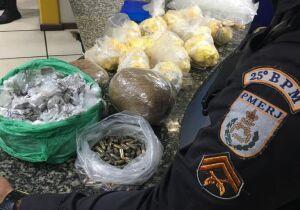 PM apreende farta quantidade de drogas e munição em área de mata no Jacaré, em Cabo Frio