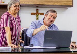 Secretária de Administração compartilha postagem elogiosa a adversário político de Adriano