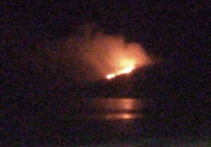 Incêndio destrói parte da vegetação nativa no Morro do Vigia, em Cabo Frio
