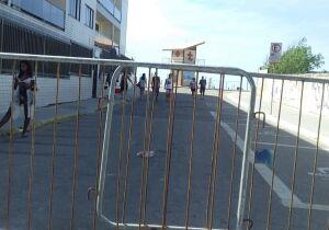 Guarda Municipal de Cabo Frio fecha acessos às praias com grades para evitar aglomeração
