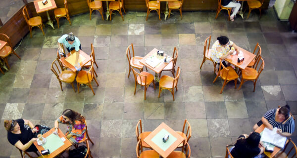 Governo proíbe consumo de bebidas alcoólicas após 21h na área externa de bares e restaurantes