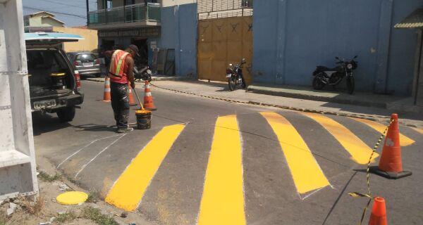 Redutores de velocidade recebem sinalização em São Pedro da Aldeia