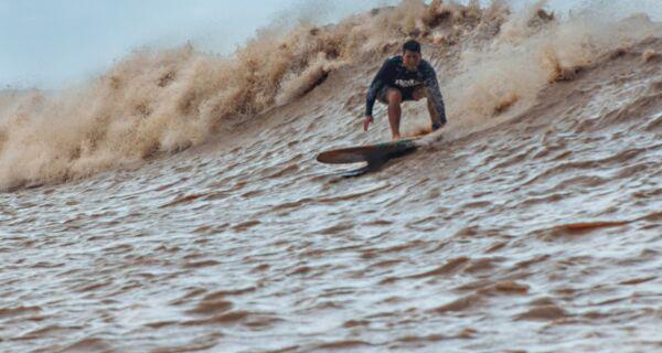 Surfista de ondas gigantes é o primeiro da região a encarar a pororoca na Amazônia