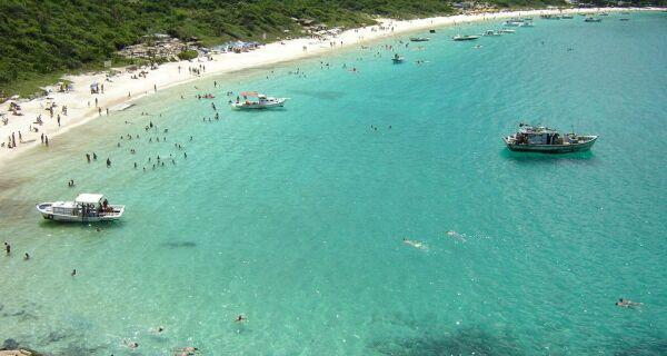 Arraial libera acesso e permanência na Praia do Forno com lotação limitada a 395 banhistas