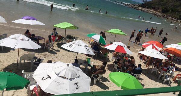 Quiosques das Conchas e Peró são multados por continuar com mesas e cadeiras na areia