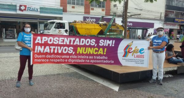 Professores fazem manifestação na Praça Porto Rocha
