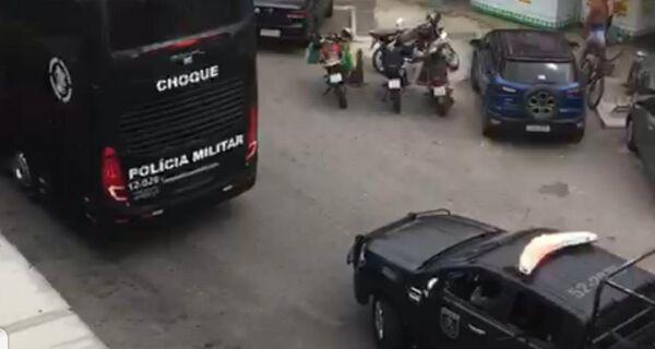 Batalhão de choque da Polícia Militar faz megaoperação em Arraial do Cabo