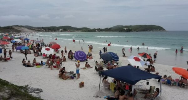 Virada no tempo não afasta banhistas da Praia do Forte nesta sexta-feira