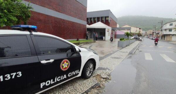 Polícia Civil faz operação contra desvios e fraude na Saúde de Arraial do Cabo