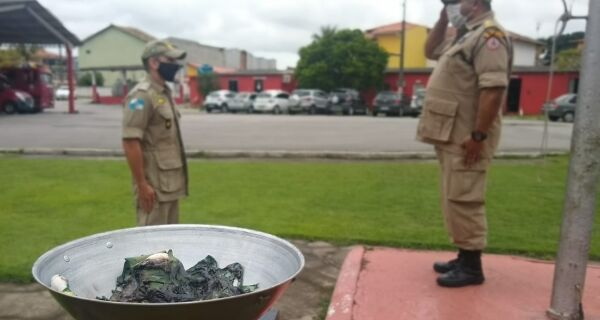 Bombeiros de Araruama realizam cerimônia de queima da bandeira