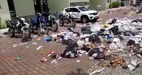 Servidores da Comsercaf espalham lixo pelas ruas em forma de protesto e alegam atraso nos salários