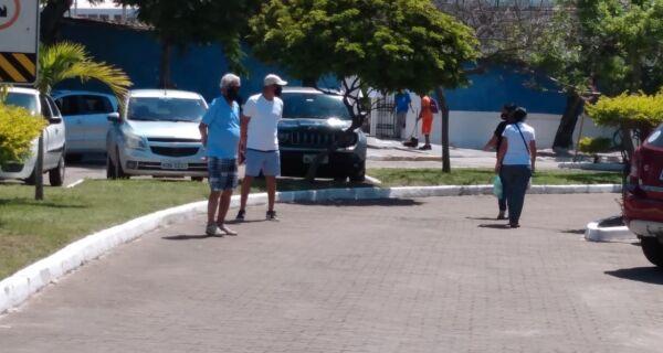 Cemitério Santa Isabel tem baixo movimento no Dia de Finados, em Cabo Frio