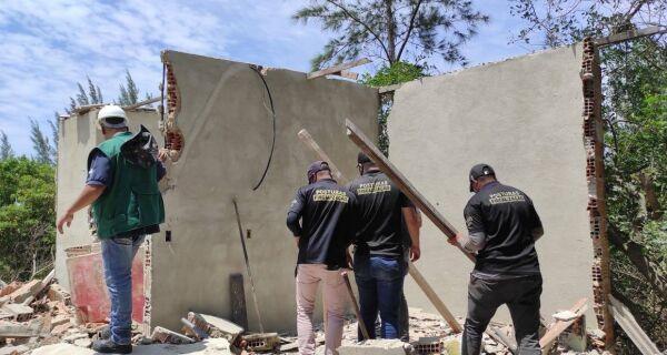 Prefeitura de Cabo Frio retira construções irregulares nas Dunas, no bairro Manoel Corrêa
