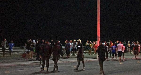 PM dispersa multidão que se aglomerava com som alto na orla da Praia do Forte