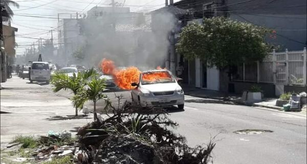 Carro pega fogo no meio da rua e assusta moradores em Cabo Frio