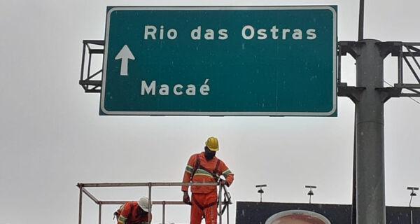 Placa que indicava rota errada para Búzios pela BR-101 é retirada por concessionária