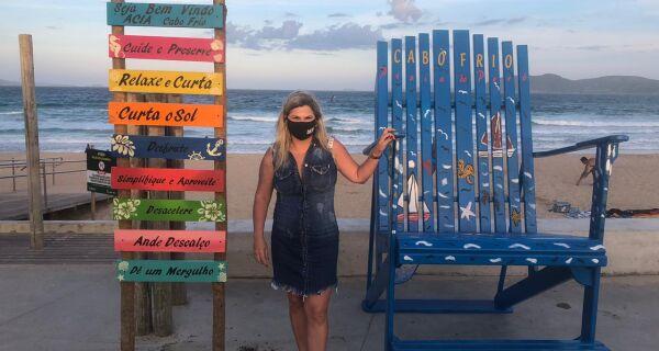 Cadeiras decorativas e placas com mensagens positivas são instaladas em praias de Cabo Frio
