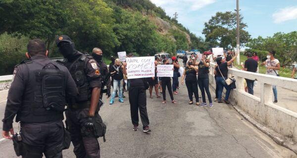 Profissionais da saúde de Cabo Frio protestam contra atraso de salários