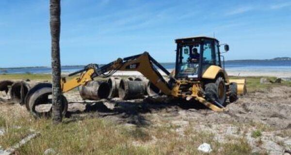 Rede de drenagem desativada é removida na orla da Praia do Siqueira