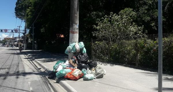 Coletores paralisam recolhimento de lixo em Cabo Frio por falta de pagamento