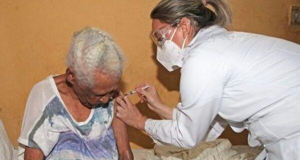 Primeira pessoa vacinada em Búzios é idosa de 111 anos
