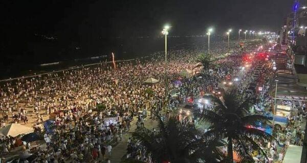 Cabo Frio recebe 2021 com multidão e fogos de artifício na Praia do Forte