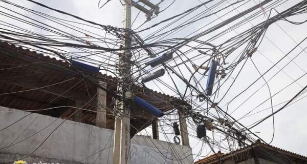 Poluição visual causada por fios e cabos suspensos é tema de discussão em Búzios
