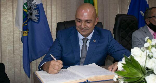 Pregando união, Fábio do Pastel assume Prefeitura de São Pedro da Aldeia