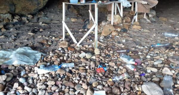 Guarda Ambiental encontra copos plásticos e garrafas pet em ação de limpeza na Ilha Feia, em Búzios