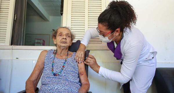 Entre a esperança e a realidade: municípios iniciam imunização de olho no avanço da pandemia