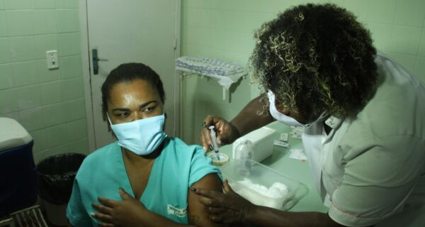 Técnica de Enfermagem é primeira a ser vacinada contra o coronavírus em Arraial do Cabo