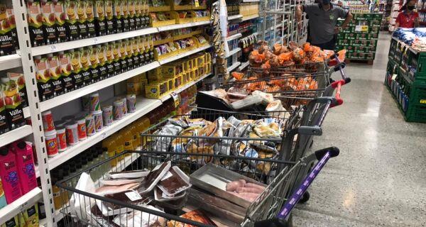 Procon autua três supermercados e descarta mais de 450 kg de produtos em São Pedro da Aldeia
