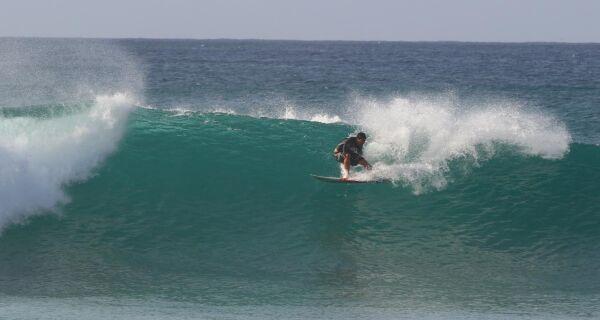 Surfista de Rio das Ostras, André Pássaro encara primeiro desafio do ano em Fernando de Noronha