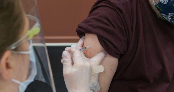 Idosos com mais de 95 anos serão vacinados contra covid-19 a partir desta quarta em Arraial