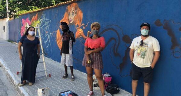 Grafite dá novo colorido a muro no Centro de Cabo Frio