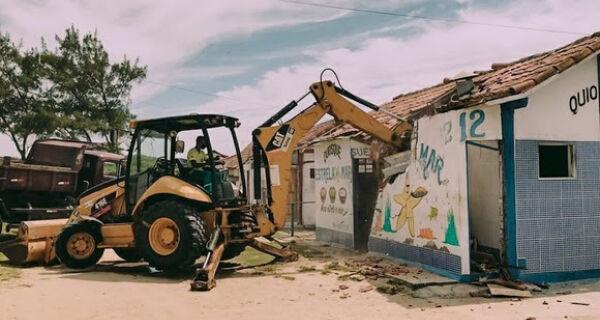 Após ordem judicial, quiosque na Praia das Conchas é demolido por agentes da Prefeitura