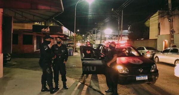 Agentes fiscalizam fechamento de bares e restaurantes às 22h em Cabo Frio