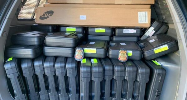 Polícia Federal apreende 62 armas durante ação em loja de Cabo Frio