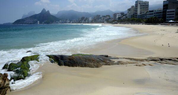 Novas regras contra covid-19: praias desertas no Rio e bares multados