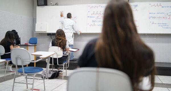 Covid: lei estadual prioriza vacinação para profissionais da Educação que atuam de forma presencial