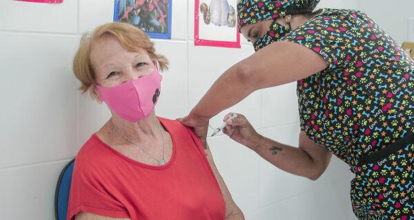 Primeiro dia de vacinação nos postos de São Pedro da Aldeia aplica 653 doses em idosos de 78 anos