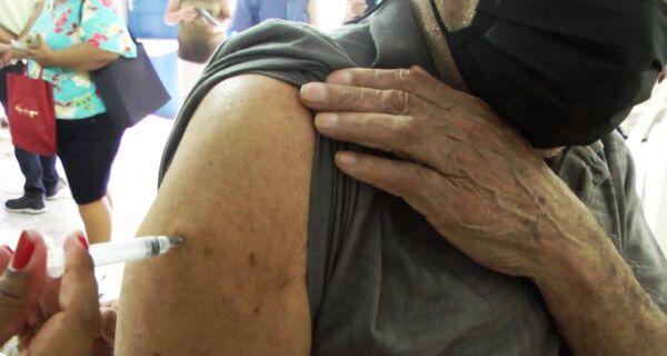 Arraial aplica primeira dose da vacina Oxford AstraZeneca em pessoas de 61 anos