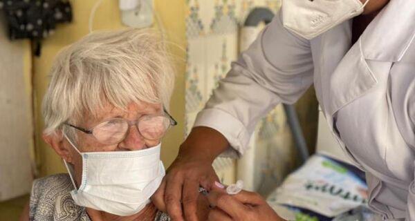 Segunda dose da vacinação para idosos a partir de 96 anos em Araruama será neste sábado (13)