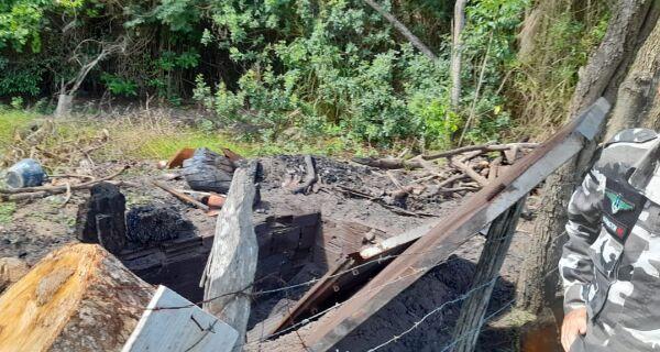 Carvoaria irregular no bairro Balneário das Conchas é autuada após denúncia
