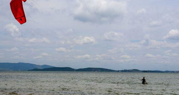 Lagoa de Araruama atrai praticantes de esportes de aventura