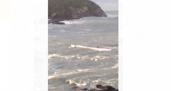 Mar agitado danifica canoa havaiana e deixa remadores à deriva em Cabo Frio