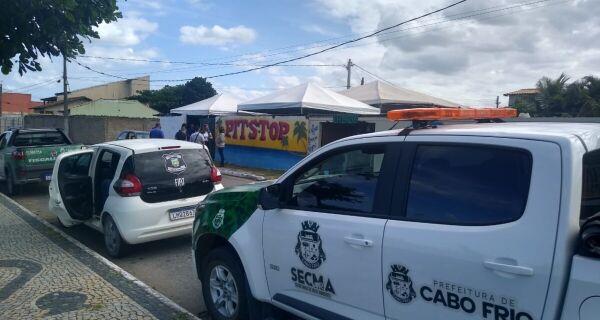 Prefeitura de Cabo Frio interdita trailer e notifica bares em Tamoios